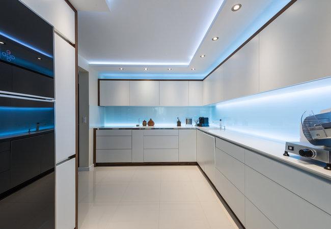 glazen spatwand keuken met blauwe led verlichting